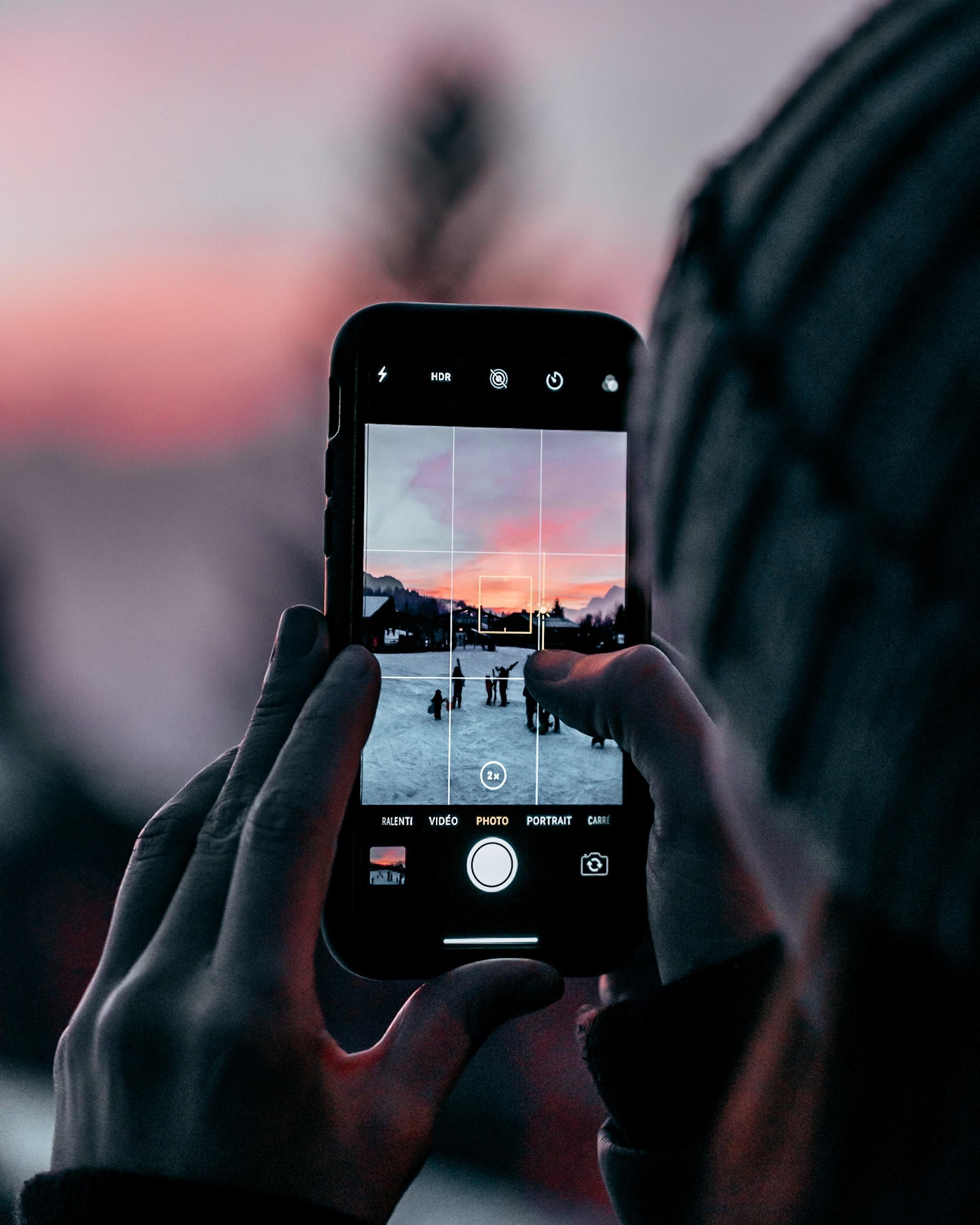 Photo influenceur avec un smartphone